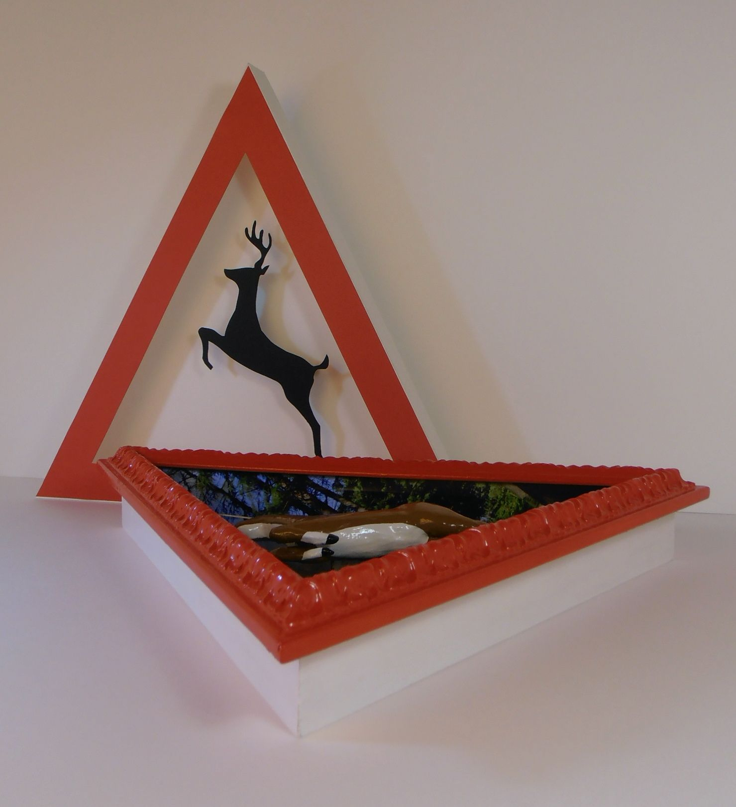 Y qué arte la del ciervo en su marco triangular. Collage i ...