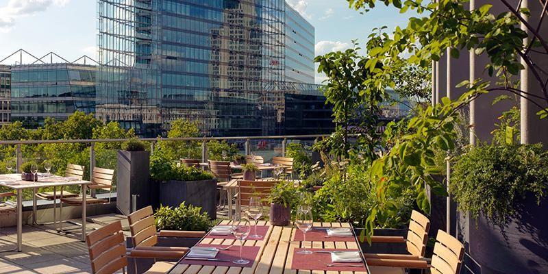 Ein Restaurant Und Eine Grüne Dachterrasse Mit Eigenem