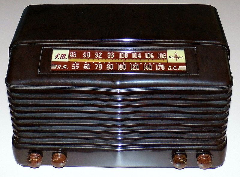 Vintage Olympic Table Radio, Model 7-532W, Broadcast (AM) & FM Bands, 6 Tubes, Circa 1947 - 1948.
