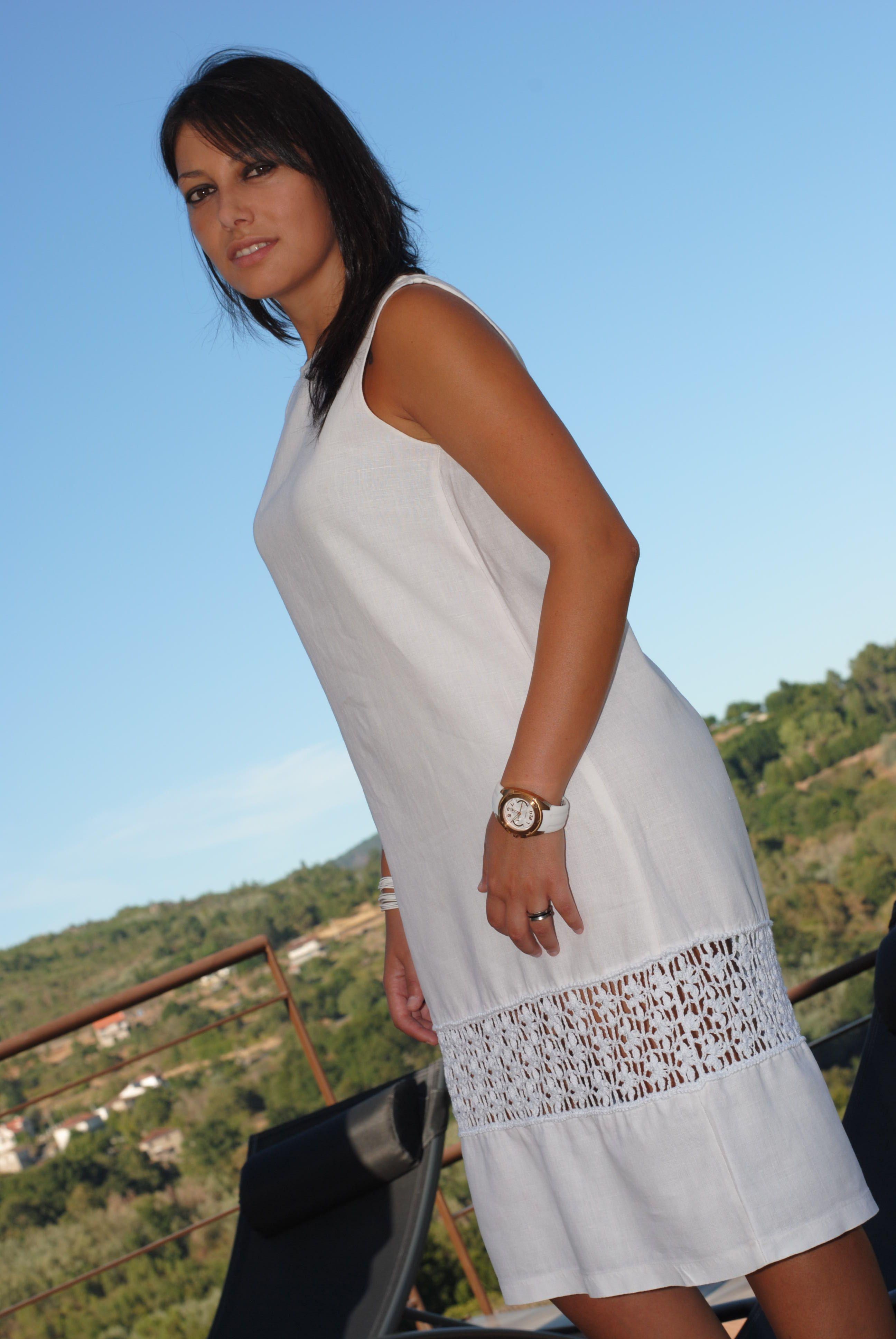 ff58bff6 Vestido blanco de lino, con una cenefa de algodón confeccionada a ganchillo  en la parte inferior del vestido.