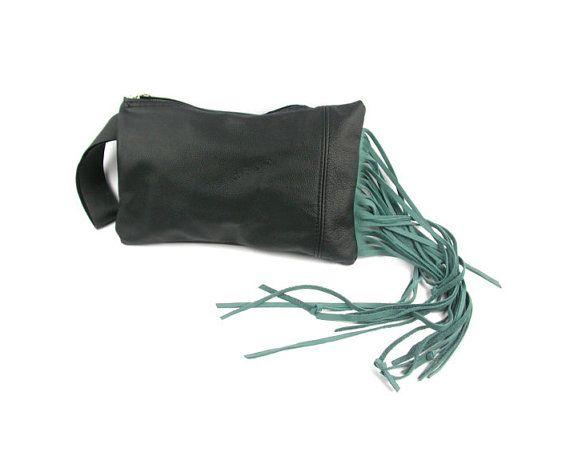 BUENOS AIRES schwarz Leder Clutch mit Brillantgrün gefranst
