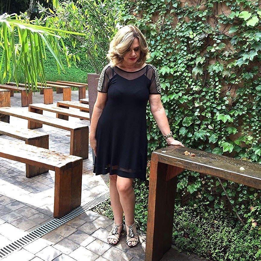 Vestido preto basico com uma sandalia rasteirinha de strass.  Veja mais em @marisasantina www.marisasantina.com.br