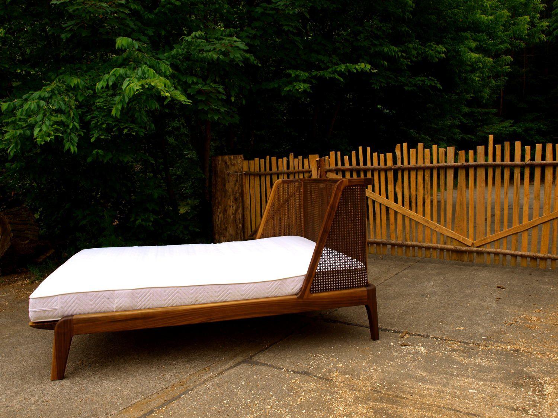 Bett mit einem Kopfteil aus Wiener Geflecht/Rattan | home and garden ...