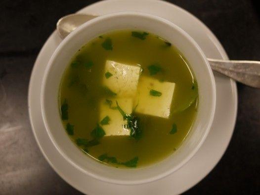 Tofua ja kirkasta basilikalientä.