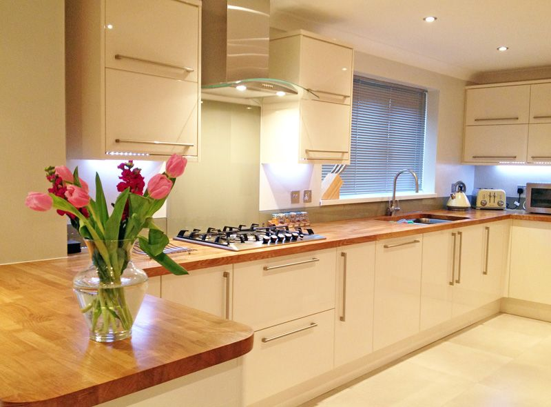 Cream Units Oak Worktops Home Kitchens White Gloss Kitchen Modern Kitchen
