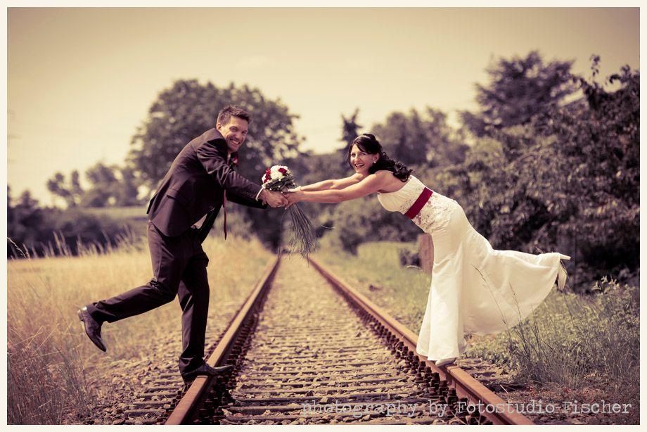Hochzeitsfoto an Bahngleisen