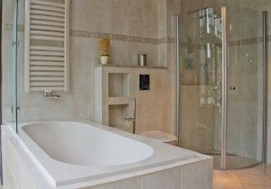 Klassieke badkamer met ligbad en douche. Deze uitnodigende badkamer ...