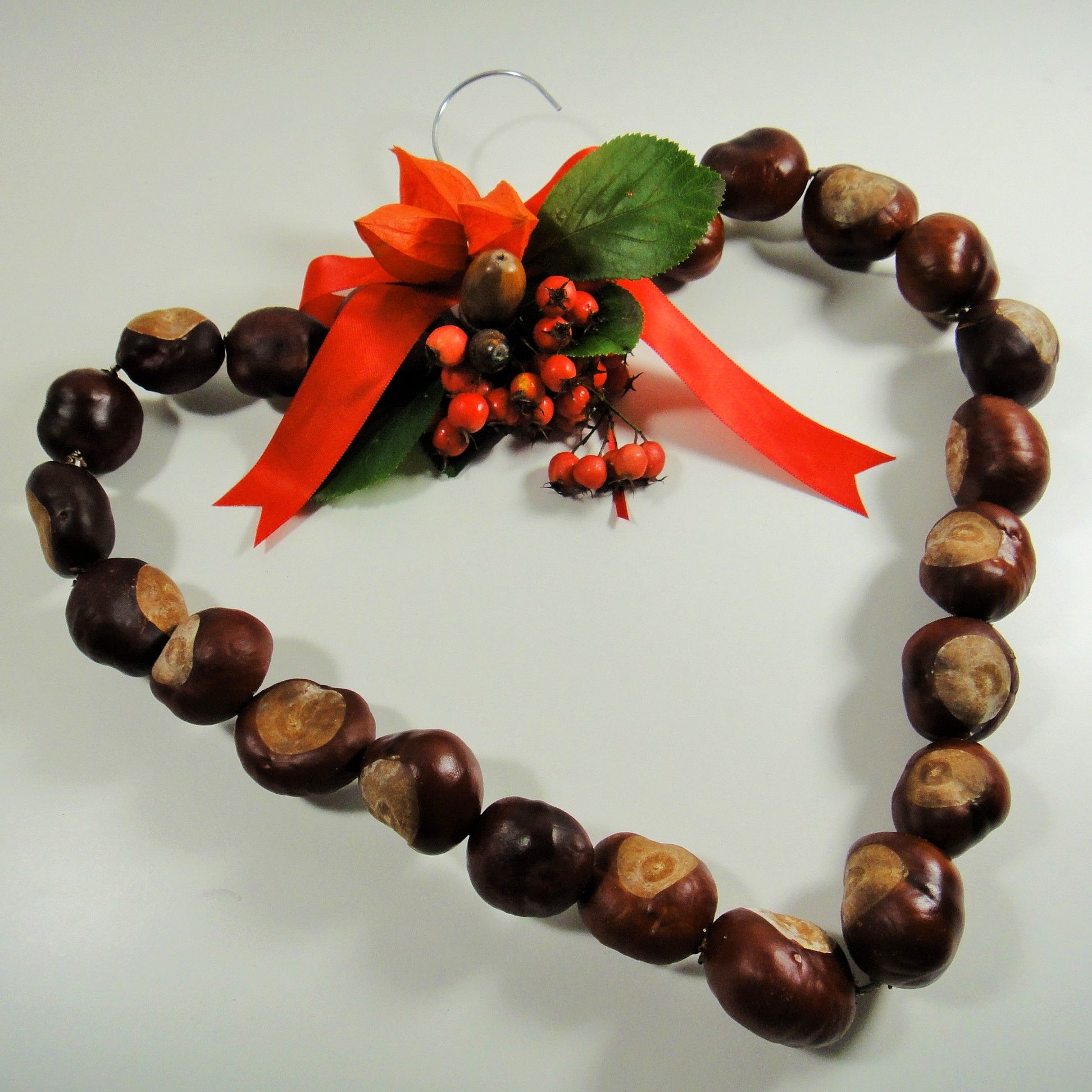 Kastanienherz kastanien herbst diy naturmaterialien for Herbstdeko basteln naturmaterialien