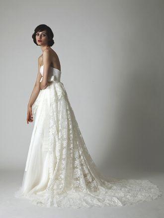 アーネラ クロージング(Anela Clothing) フランスレースとプリーツオーガンジーを贅沢に使ったラグジュアリーなドレス