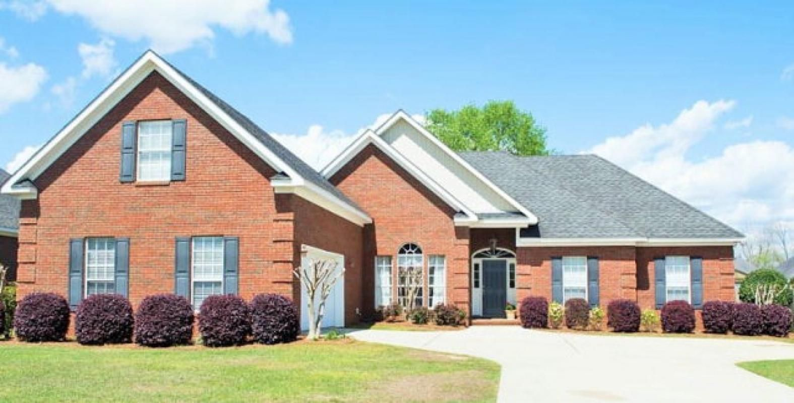 Warm & Inviting Custom Brick Home with a view of Lake. Features big kitchen with gas stove and granite. Wood and tile floors in main living areas. Gas fireplace.Separate dining room plus breakfast room. Bonus/4th BR has 2 closets,1/2 Bath & separate cooling. Large master with 13x14 Glamour Bath.Enjoy the privacy and view of the lake from the 24x11 screened porch.Lot backs up to community property