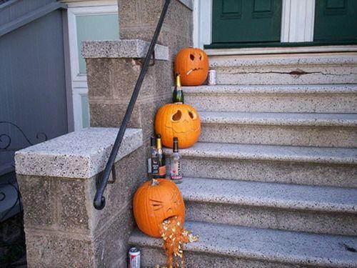 Coole Party Deko im Garten zu Halloween treppe kürbisse