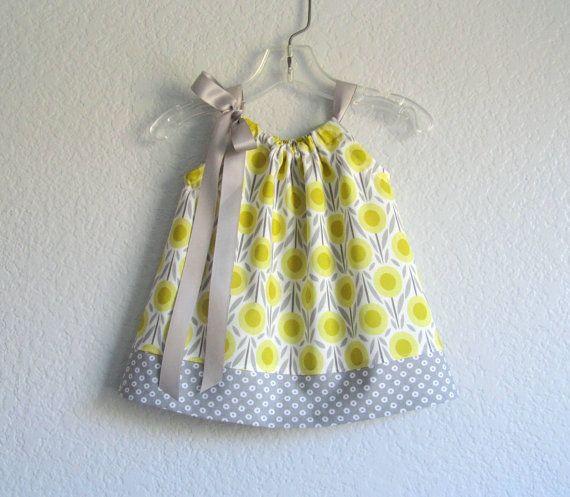 Bébés filles gris et jaune robe de taie d'oreiller  par dreambirds