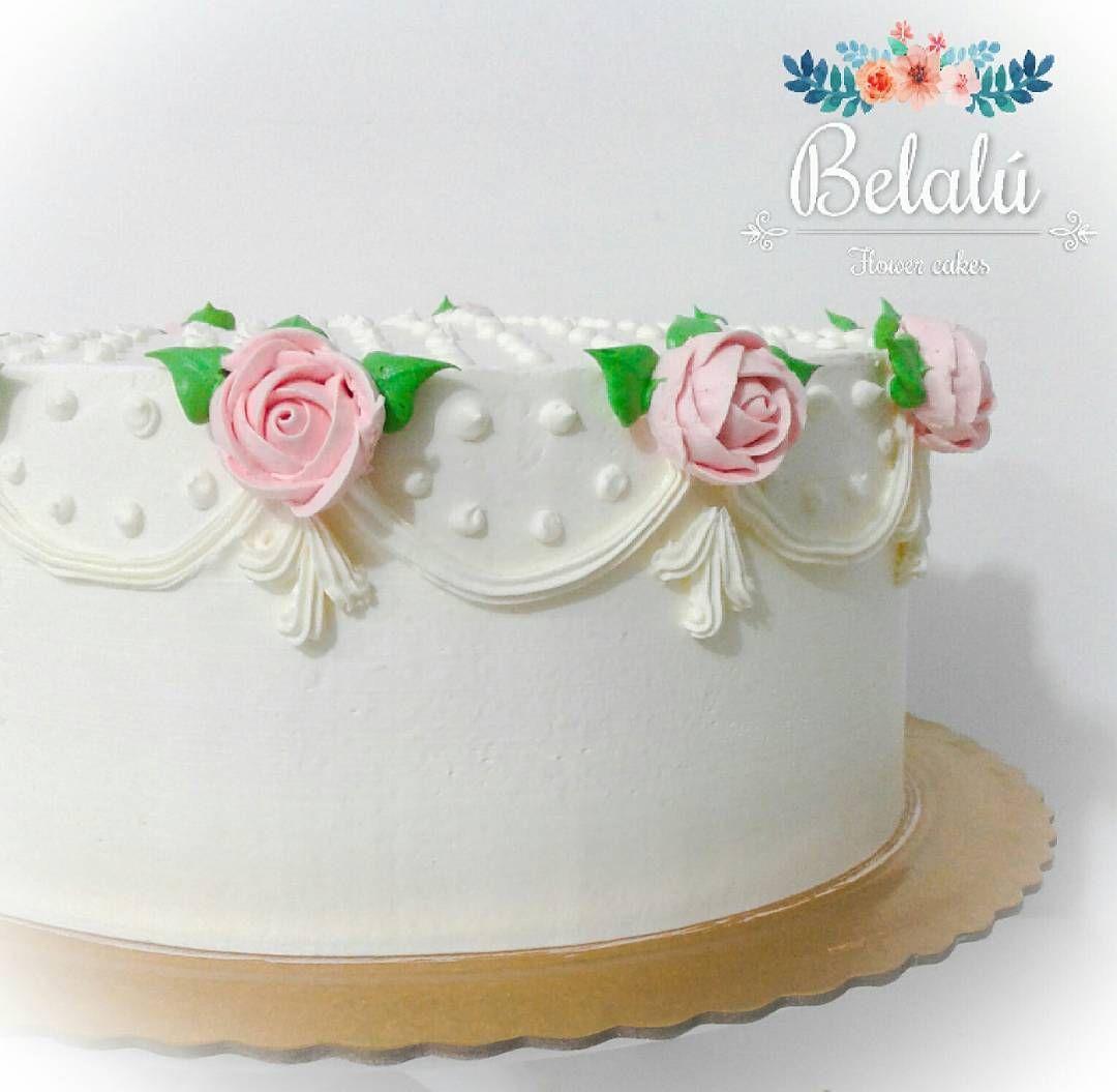 Repost belalu.bolos  Bolo batizado, simples e delicado com ornamentos e mini rosas em petalas com bico 104 @magoindustria 💕🌹💕🌹💕🌹💕