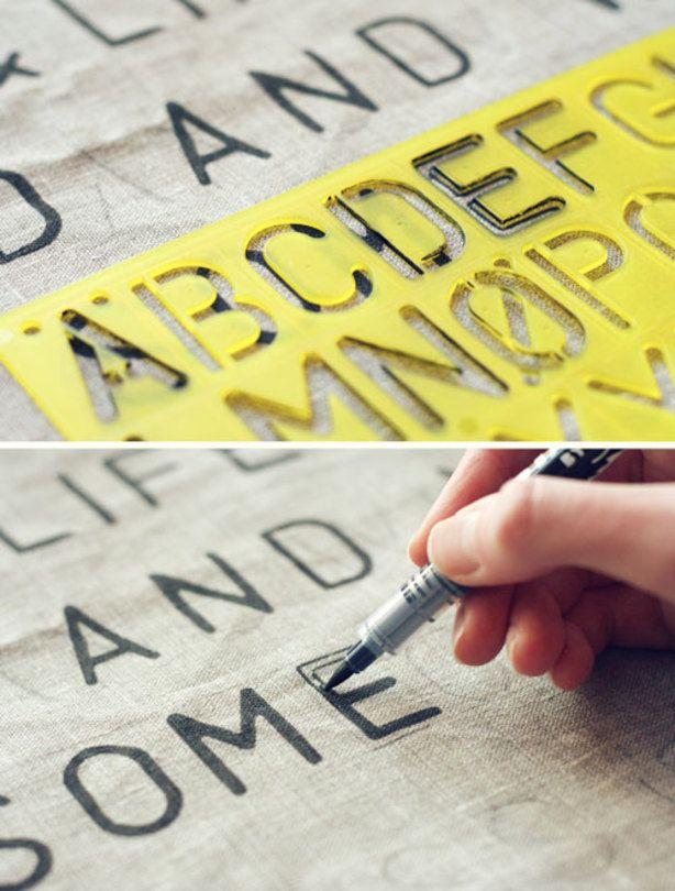 DIY: Maak met een sjabloon en een watervaste stift woorden op een kussen.