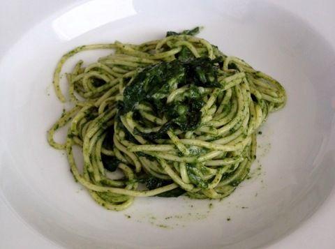 Spinaci, olio e formaggio a scaglie ...     e voilà un buonissimo pesto di spinaci proposto da Il Giornale del Cibo con cui condire i vostri spaghetti sempre con una ricetta diversa!    http://www.ilgiornaledelcibo.it/ricette/ricetta-scheda.asp?id_ricetta=5838=Spaghetti+con+pesto+di+spinaci spaghetti al pesto di spinaci