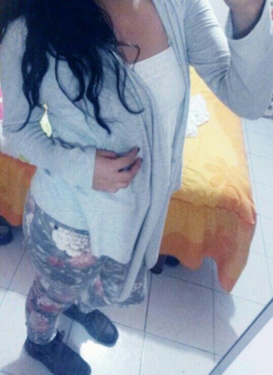 Pantalon floreado  Blusa blanca  Sueter gris  Botas  Outfit #1