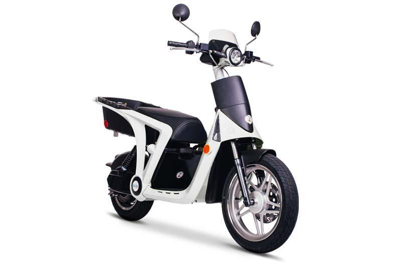 En Inde, le marché des scooters électriques suscite les convoitises