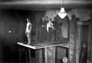 Valentin Vaalan ohjaamaa Laveata tietä (1931) kuvattiin Helsingissä mm. Yrjönkadun uimahallissa.