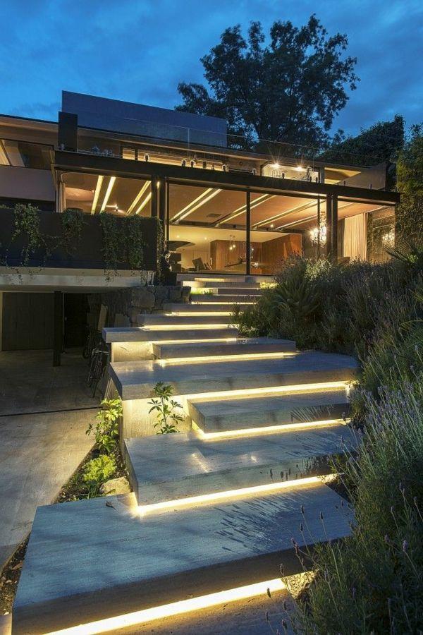 Luxuriöses haus mit außentreppen und gläsernen wänden