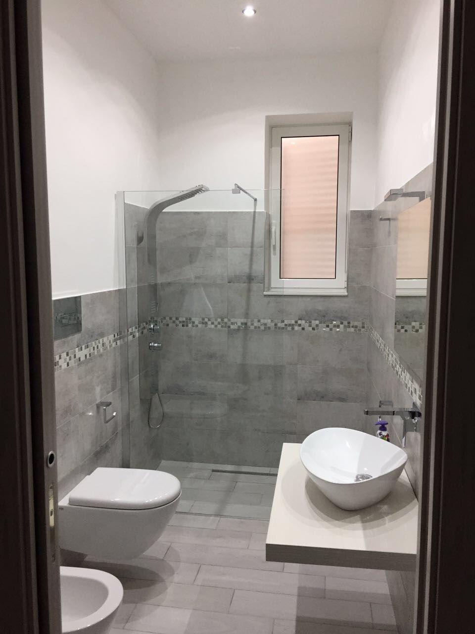 Bagno moderno Grigio bianco mosaico | house | Bathroom, Bathtub, House