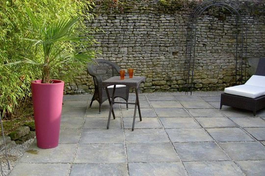 Terrasse  carrelages et dallages pour lu0027extérieur Backyard and - pierre de dallage exterieur
