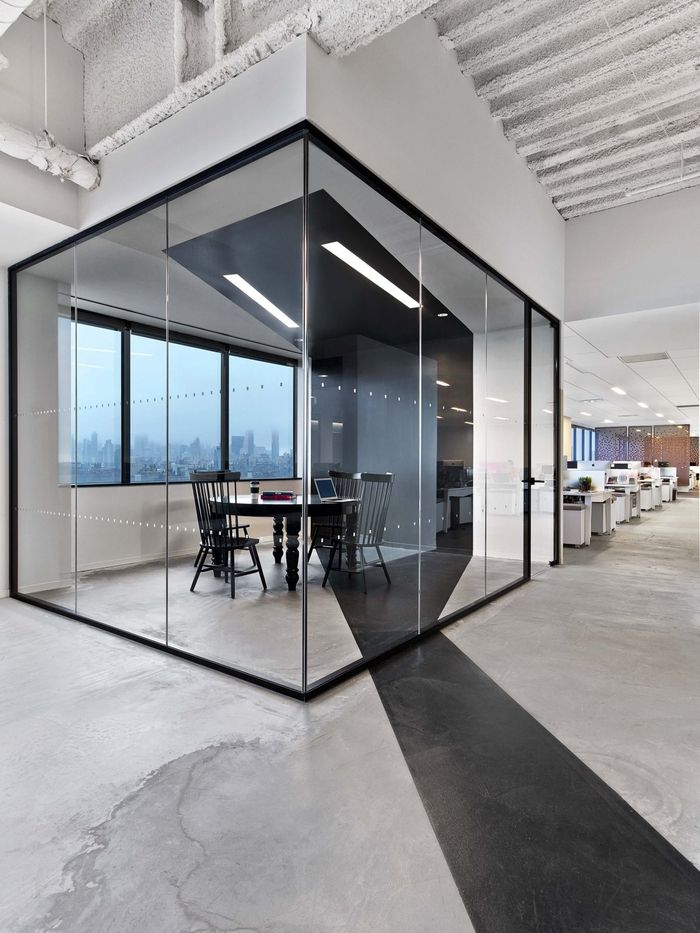 Office tour saatchi saatchi offices new york city for Small company office design