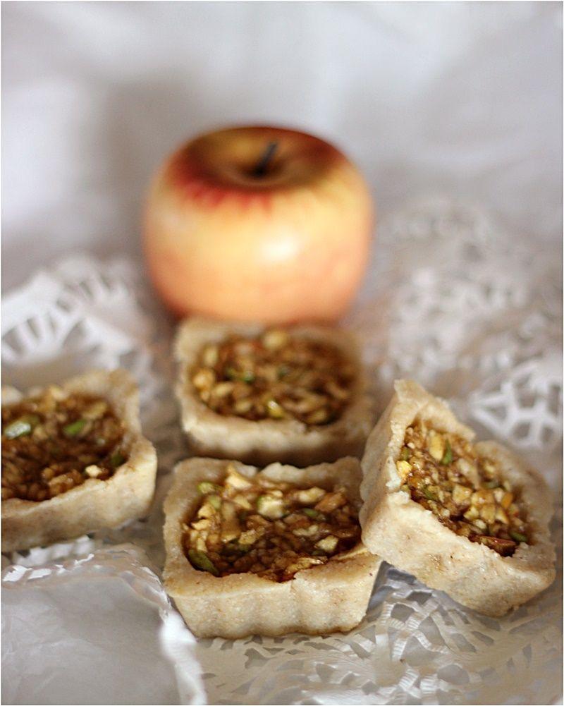 Raw tiny apple tarts