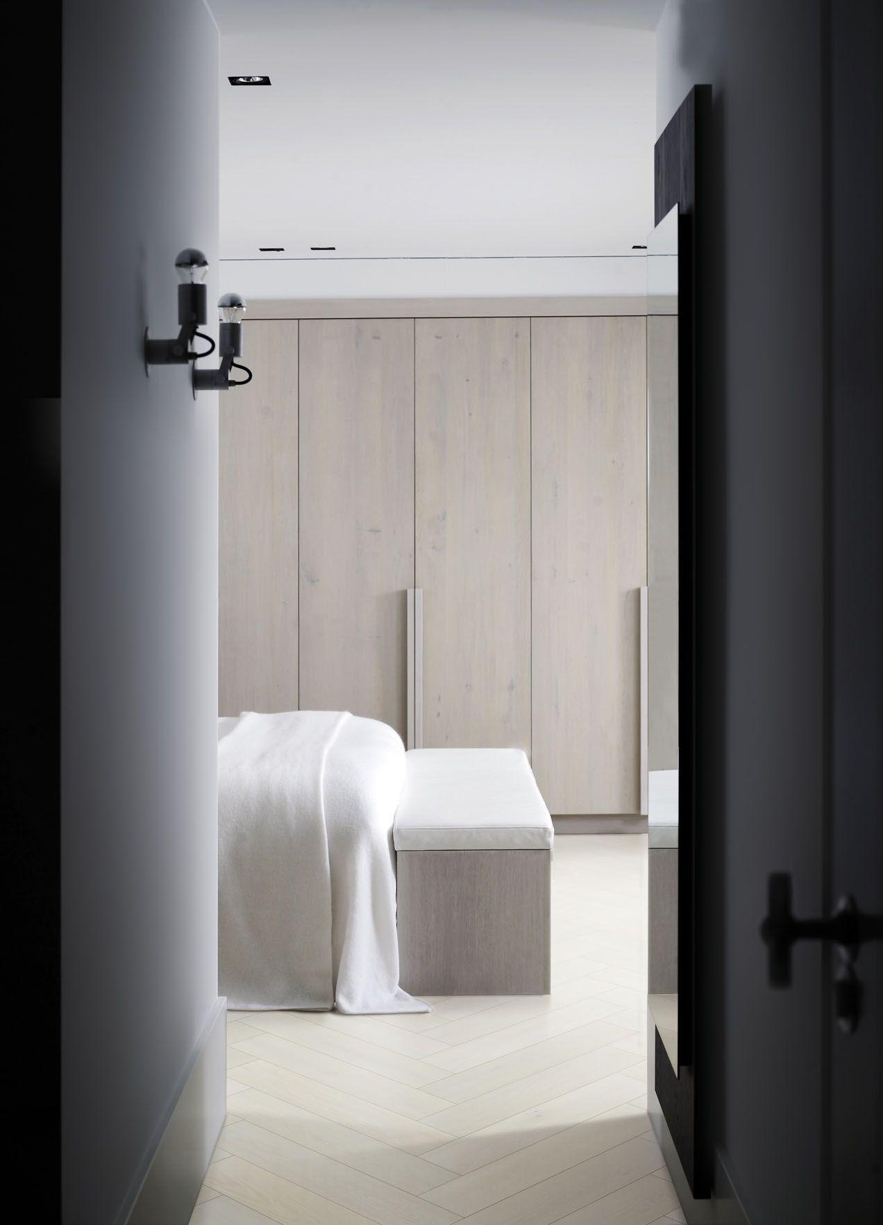 Slaapkamer met houten vloer visgraat | Solidfloor by Piet Boon ...
