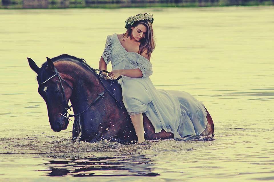 Девушки с лошадьми в воде