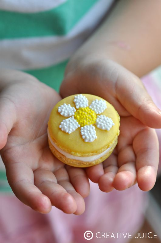 {TUTORIAL} daisy macarons - by Creative Juice | @Mindy Burton Burton CREATIVE JUICE