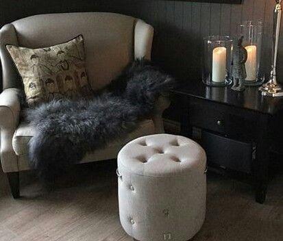 Mueble con orejas y puf con capitonne | Muebles,puf,camas y copete ...