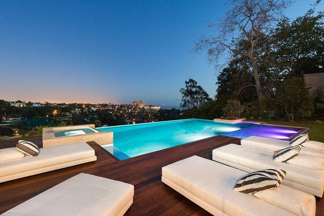 La高級住宅地に今年完成したトスカーナ風邸宅 高級住宅地