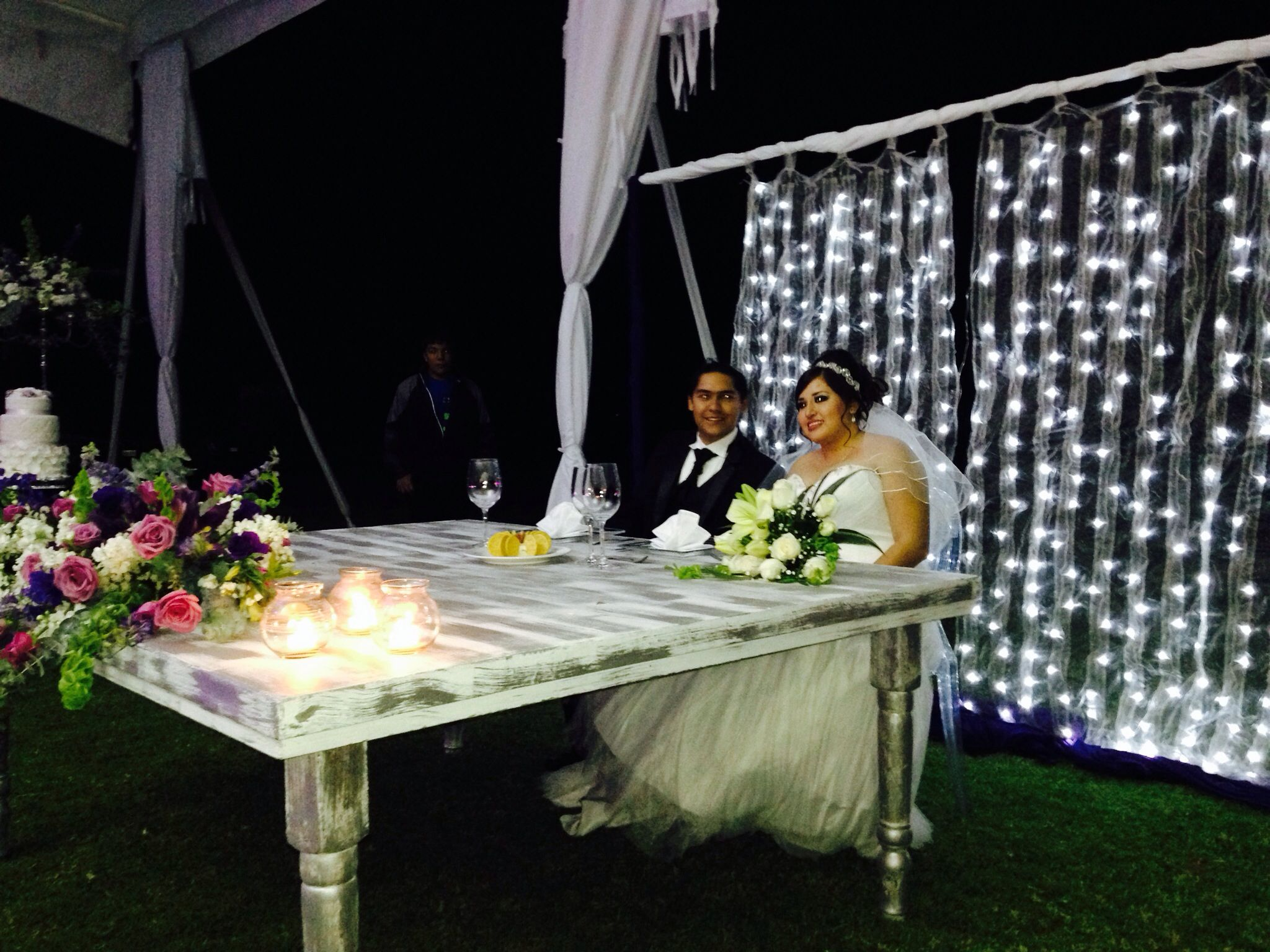 Cortina de luces para la mesa de los novios bodas for Cortinas con luces