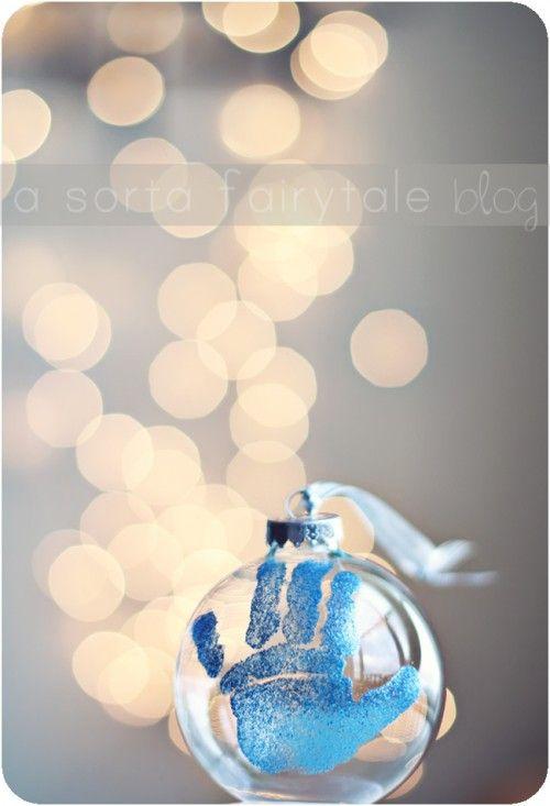 Pelotita para el arbol de navidad, con la impresion de la mano del bebe de la casa. Adorable