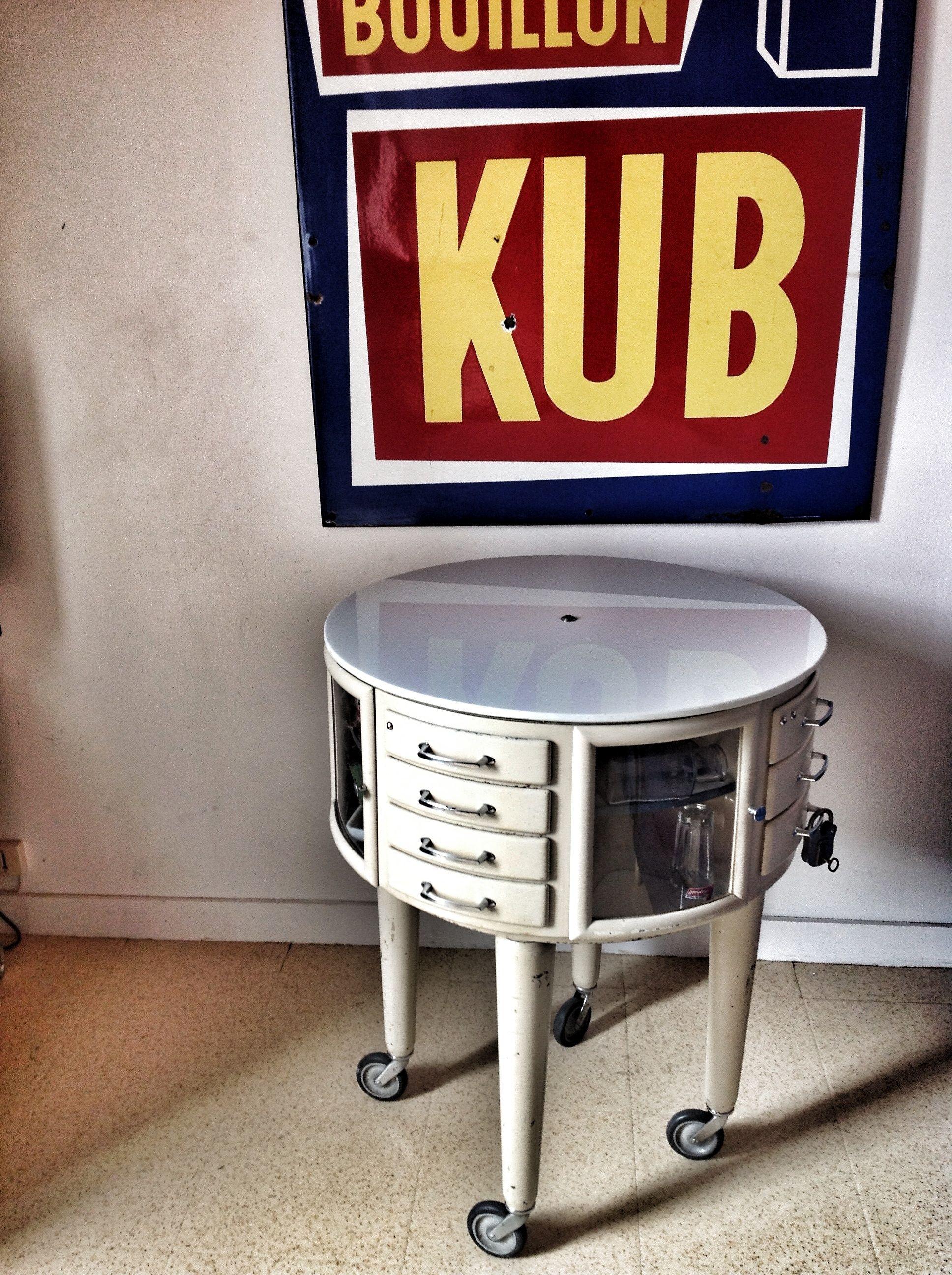 meuble de m tier de dentiste 1950 table de dentiste rotatif dessus opaline vintage m dical. Black Bedroom Furniture Sets. Home Design Ideas