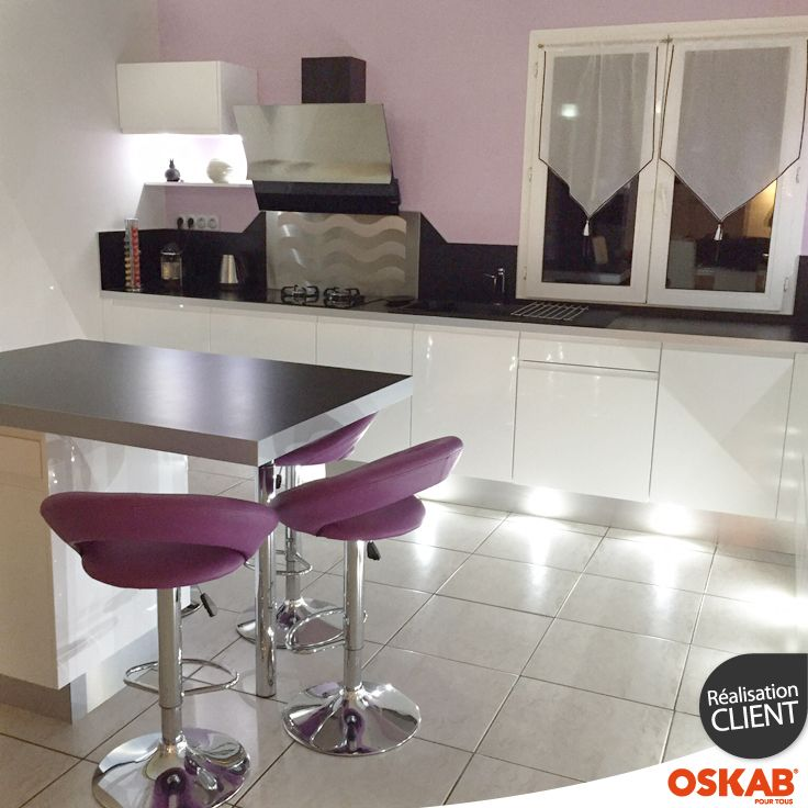Cuisine design et color e blanche brillante avec ilot snack conception de cuisine cuisine et for Cuisine 3d sans telechargement