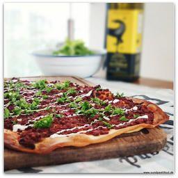 Opskrift på Lahmacun  en tyrkisk pizza uden ost.