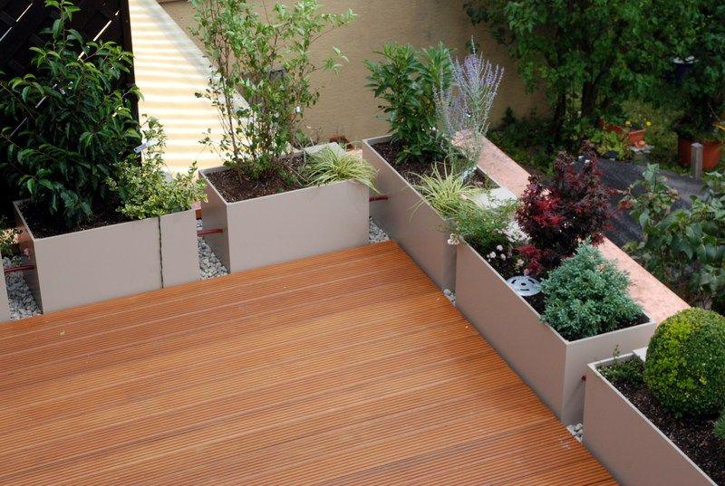 geriffelte terrassendielen und sch ne pflanzen in blumenk sten terrassenbelag verlegt durch die. Black Bedroom Furniture Sets. Home Design Ideas