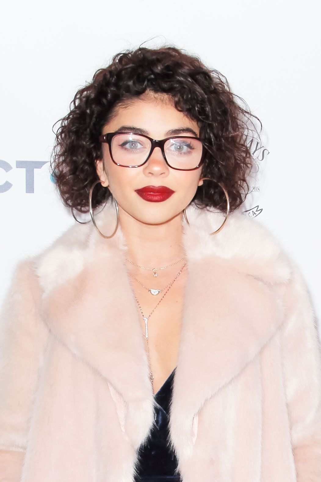 Sarah Hyland Claps Back Her Gorgeous Curly Hairstyle Is Not A Perm Sarah Hyland Hair Curly Hair Styles Curly Hair Styles Naturally