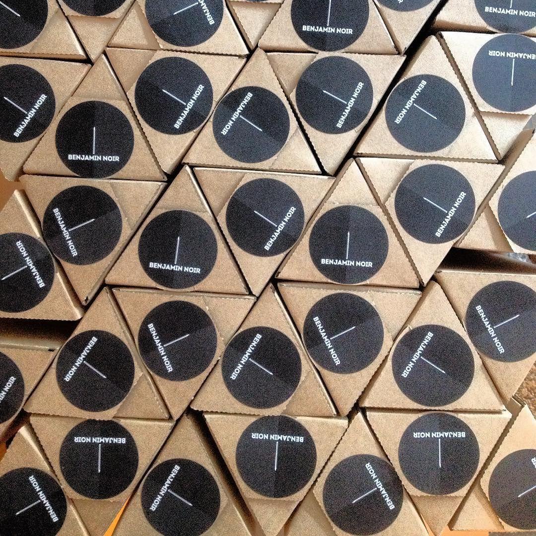 Er en lille smule oppe at køre over de nye trekantede plakatrør!  Og nu lover jeg at holde en pause med emballagerelaterede opslag  #threeway #pakkeleg #posters #plakat #benjaminnoir by benjamin_noir