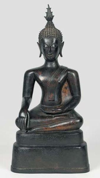 Sujet en bronze de patine brune représentant un bouddha assis dans la position de la prise de la terre à témoin. Laos, XVIe siècle. (accident). Haut. : 48 cm DEMANDER PLUS D'INFORMATION