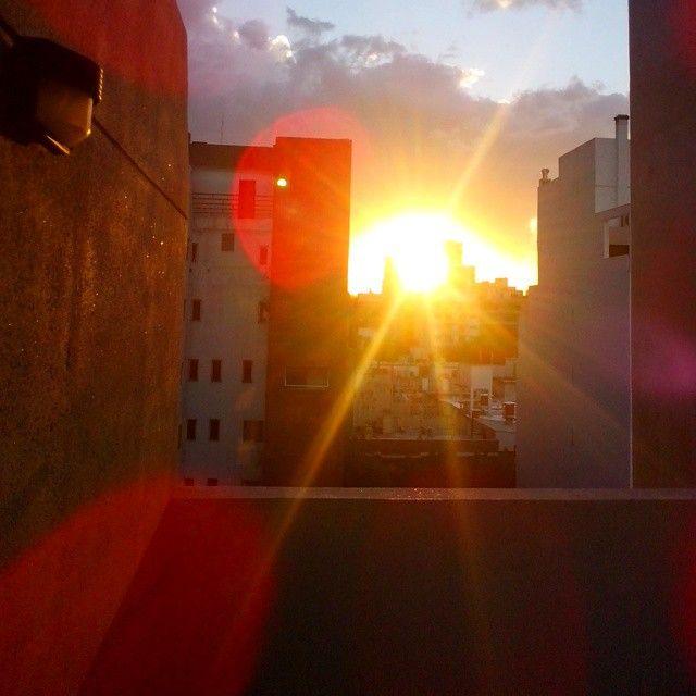 Last ray of sun before the storm #sun #soleil #sky #ciel #cielo #clouds #nuages #buildings #bâtiments #spark #luz #light #lumière #beauty #city #urban #golden #Belgrano #BuenosAires (en Bajo Belgrano)
