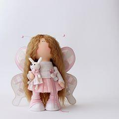 🌸Марта...🌸 #valentexomsk_official #milahandycrafts #sewing #handmadedoll #interiordoll #textiledoll #butterfly #крыльябабочки #бабочка #кукла #интерьернаякукла #текстильнаякукла #куклабабочка #сирень #лаванда #хлопок #ткани #шьюкукол #куклавподарок #подарокручнойработы #дляинтерьера #длядочки #весна2018 #весенняяколлекция #хочулето