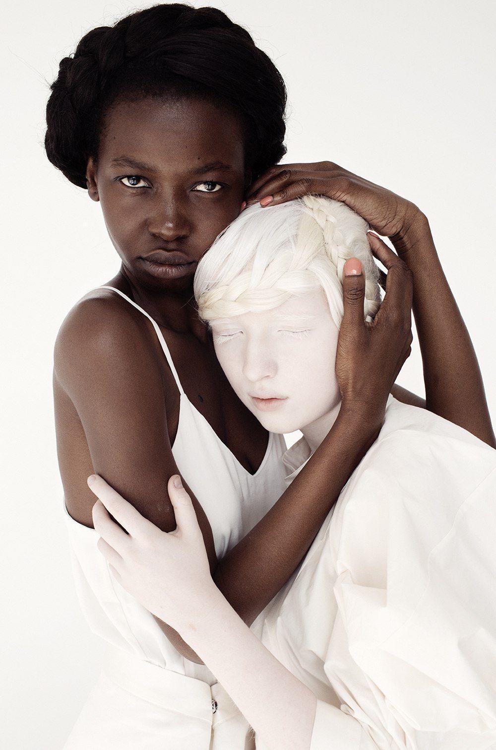 Темнокожий и белая картинка