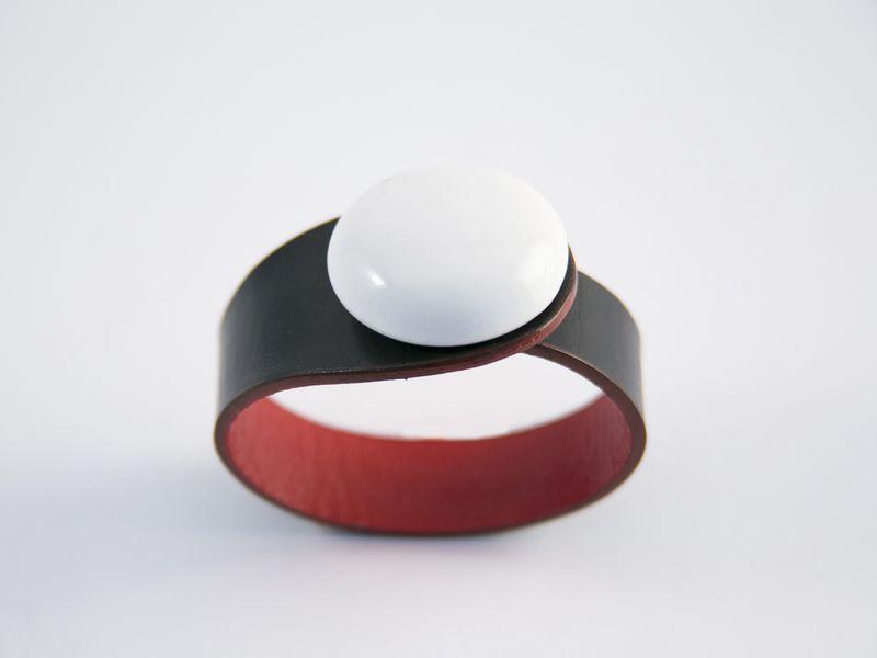 Pulsera cuero negro y broche cerámico esmaltado de Ceraselle por DaWanda.com
