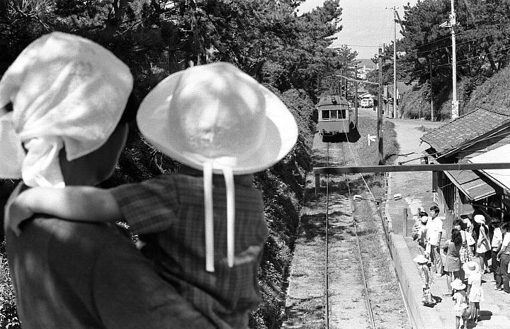本銚子駅・白い帽子の男の子が眺めます