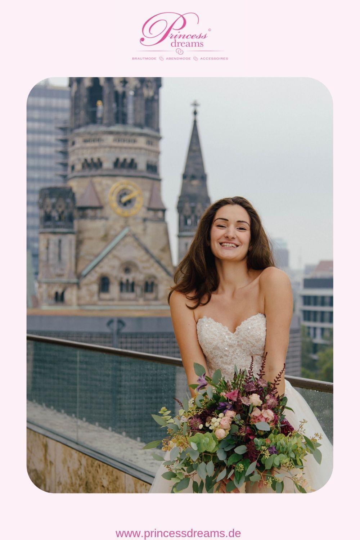 Eine Braut in Berlin  Das Brautkleid ist aus dem großen