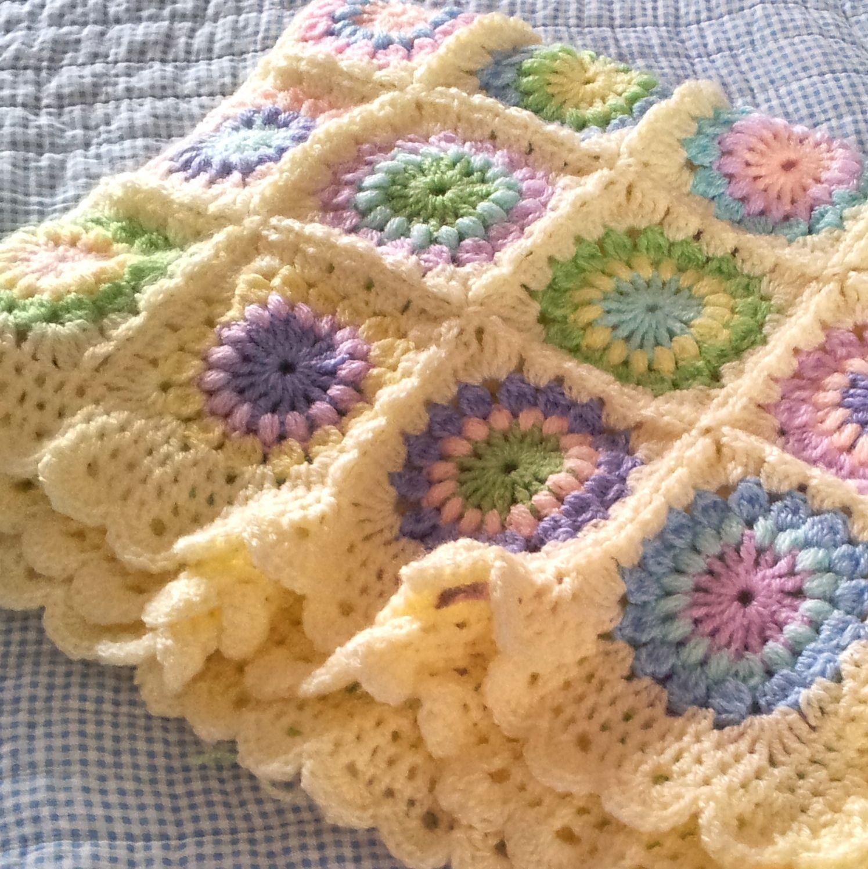 Starburst flower baby blanket.  I love the colors and the edging.  #crochet