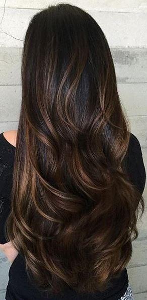 cabelo castanho escuro com mechas e bem longo <3