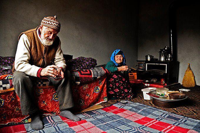 Ahmet Dede ile Nesibe Ninenin 55 yıllık birlikteliklerini geçirdikleri evlerinden bir sabah karesi.